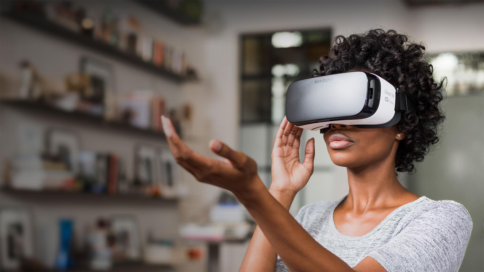 Mulher participando de experiencia em realidade virtual
